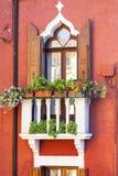 Ζωηρόχρωμα μικρά, λαμπρά χρωματισμένα σπίτια στο νησί Burano, Βενετία, Ιταλία Στοκ Φωτογραφίες