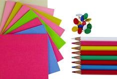Ζωηρόχρωμα μολύβια εγγράφων σημειώσεων και pushpins στο λευκό Στοκ Εικόνες