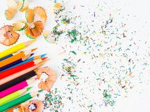 Ζωηρόχρωμα μολύβια με τα ζωηρόχρωμα ξέσματα μολυβιών Στοκ εικόνες με δικαίωμα ελεύθερης χρήσης