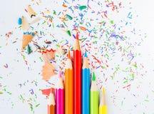 Ζωηρόχρωμα μολύβια με τα ζωηρόχρωμα ξέσματα μολυβιών Στοκ Φωτογραφίες