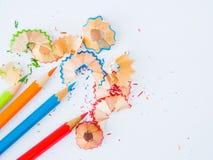 Ζωηρόχρωμα μολύβια με τα ζωηρόχρωμα ξέσματα μολυβιών Στοκ εικόνα με δικαίωμα ελεύθερης χρήσης