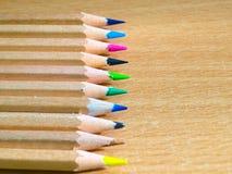 Ζωηρόχρωμα μολύβια σε ένα γραφείο γραψίματος Στοκ εικόνες με δικαίωμα ελεύθερης χρήσης