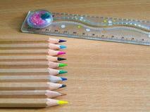 Ζωηρόχρωμα μολύβια σε ένα γραφείο γραψίματος Στοκ εικόνα με δικαίωμα ελεύθερης χρήσης