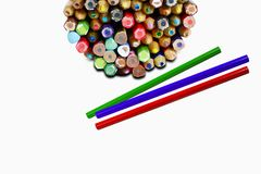 Ζωηρόχρωμα μολύβια στην περίπτωση μετάλλων με τρία μολύβια στο whi Στοκ Φωτογραφίες