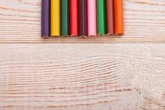 Ζωηρόχρωμα μολύβια στο άσπρο ξύλινο υπόβαθρο Τοπ έννοια άποψης και εκπαίδευσης Διάστημα και χλεύη αντιγράφων επάνω Στοκ φωτογραφία με δικαίωμα ελεύθερης χρήσης