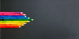 Ζωηρόχρωμα μολύβια στο σχολικό πίνακα στοκ φωτογραφία