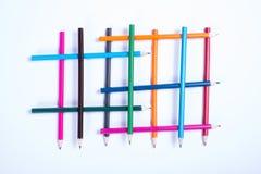 Ζωηρόχρωμα μολύβια που οργανώνονται σε μια γεωμετρική μορφή στο άσπρο backgrou Στοκ Φωτογραφία