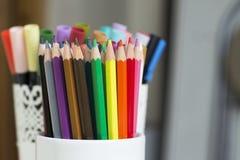 Ζωηρόχρωμα μολύβια σε ένα κιβώτιο Στοκ Εικόνες