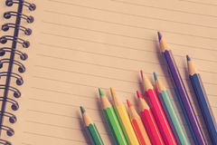Ζωηρόχρωμα μολύβια σε γραμμικό χαρτί Στοκ φωτογραφία με δικαίωμα ελεύθερης χρήσης