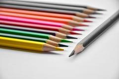 Ζωηρόχρωμα μολύβια στο γυαλί στο άσπρο υπόβαθρο Στοκ Εικόνες