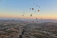 Ζωηρόχρωμα μπαλόνια από το cappadocia Τουρκία ουρανού Στοκ Εικόνες