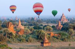 Ζωηρόχρωμα μπαλόνια ζεστού αέρα που πετούν πέρα από Bagan, το Μιανμάρ Στοκ εικόνα με δικαίωμα ελεύθερης χρήσης