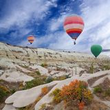 Ζωηρόχρωμα μπαλόνια ζεστού αέρα που πετούν πέρα από Cappadocia, Ανατολία, Τούρκος Στοκ φωτογραφίες με δικαίωμα ελεύθερης χρήσης