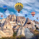 Ζωηρόχρωμα μπαλόνια ζεστού αέρα που πετούν πέρα από Cappadocia, Τουρκία Στοκ φωτογραφία με δικαίωμα ελεύθερης χρήσης