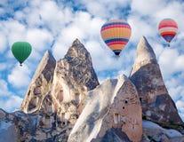 Ζωηρόχρωμα μπαλόνια ζεστού αέρα που πετούν πέρα από Cappadocia, Τουρκία Στοκ φωτογραφίες με δικαίωμα ελεύθερης χρήσης