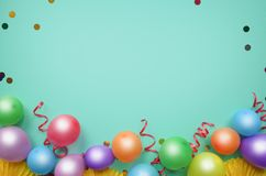 Ζωηρόχρωμα μπαλόνια και κομφετί στην τυρκουάζ άποψη επιτραπέζιων κορυφών Υπόβαθρο γενεθλίων, διακοπών ή κομμάτων Επίπεδος βάλτε τ στοκ εικόνες