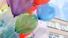 Ζωηρόχρωμα μπαλόνια με το ευτυχές υπόβαθρο κομμάτων εορτασμού απόθεμα βίντεο