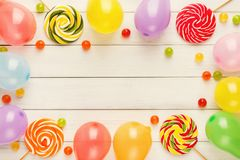 Ζωηρόχρωμα μπαλόνια στο άσπρο αγροτικό ξύλο, υπόβαθρο γενεθλίων, κορυφή Στοκ Φωτογραφίες