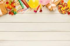 Ζωηρόχρωμα μπαλόνια στο άσπρο αγροτικό ξύλο, υπόβαθρο γενεθλίων, κορυφή Στοκ εικόνες με δικαίωμα ελεύθερης χρήσης