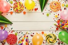 Ζωηρόχρωμα μπαλόνια στο άσπρο αγροτικό ξύλο, υπόβαθρο γενεθλίων, τοπ άποψη Στοκ φωτογραφίες με δικαίωμα ελεύθερης χρήσης