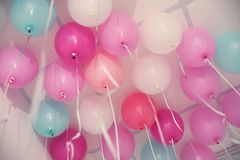 Ζωηρόχρωμα μπαλόνια στο δωμάτιο που προετοιμάζεται Στοκ Φωτογραφίες