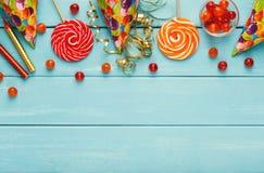 Ζωηρόχρωμα μπαλόνια στο μπλε αγροτικό ξύλο, υπόβαθρο γενεθλίων, κορυφή Στοκ Φωτογραφία
