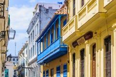 Ζωηρόχρωμα μπαλκόνια στο Λα Habana Vieja, Κούβα Στοκ Εικόνες