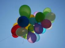 Ζωηρόχρωμα μπαλόνια αέρα στο μπλε ουρανό Στοκ φωτογραφία με δικαίωμα ελεύθερης χρήσης