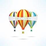 Ζωηρόχρωμα μπαλόνια ζεστού αέρα με το έμβλημα λέξης ανακαλύψεων Το ταξίδι και ανακαλύπτει την έννοια Στοκ Φωτογραφίες