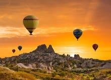 Ζωηρόχρωμα μπαλόνια ζεστού αέρα πέρα από την κοιλάδα Cappadocia Στοκ φωτογραφία με δικαίωμα ελεύθερης χρήσης
