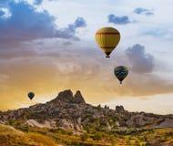 Ζωηρόχρωμα μπαλόνια ζεστού αέρα πέρα από την κοιλάδα Cappadocia Στοκ Φωτογραφίες