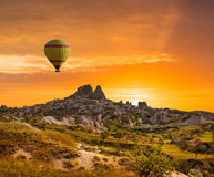 Ζωηρόχρωμα μπαλόνια ζεστού αέρα πέρα από την κοιλάδα Cappadocia Στοκ εικόνα με δικαίωμα ελεύθερης χρήσης