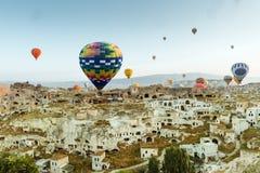 Ζωηρόχρωμα μπαλόνια ζεστού αέρα πέρα από Goreme Cappadocia Στοκ εικόνες με δικαίωμα ελεύθερης χρήσης