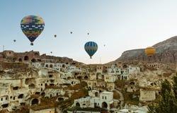 Ζωηρόχρωμα μπαλόνια ζεστού αέρα πέρα από Goreme Cappadocia Στοκ Φωτογραφίες