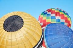 Ζωηρόχρωμα μπαλόνια ζεστού αέρα που διογκώνουν στο έδαφος, μπλε ουρανός Στοκ φωτογραφία με δικαίωμα ελεύθερης χρήσης