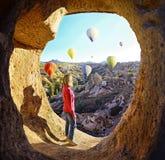 Ζωηρόχρωμα μπαλόνια ζεστού αέρα που πετούν πέρα από την κοιλάδα σε Cappadocia Στοκ Εικόνες