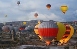 Ζωηρόχρωμα μπαλόνια ζεστού αέρα που πετούν πέρα από την κοιλάδα σε Cappadocia Στοκ φωτογραφία με δικαίωμα ελεύθερης χρήσης