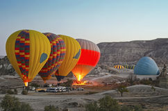 Ζωηρόχρωμα μπαλόνια ζεστού αέρα που πετούν πέρα από την κοιλάδα σε Cappadocia Στοκ εικόνα με δικαίωμα ελεύθερης χρήσης