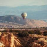 Ζωηρόχρωμα μπαλόνια ζεστού αέρα που πετούν πέρα από την κόκκινη κοιλάδα σε Cappadocia, Στοκ εικόνες με δικαίωμα ελεύθερης χρήσης