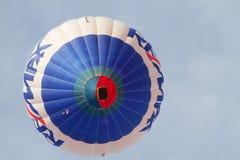 Ζωηρόχρωμα μπαλόνια ζεστού αέρα που πετούν, στις 6 Ιανουαρίου 2015 Mondovì Ιταλία στοκ εικόνα με δικαίωμα ελεύθερης χρήσης