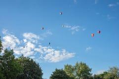 Ζωηρόχρωμα μπαλόνια ζεστού αέρα που πετούν στον ουρανό Στοκ Εικόνα
