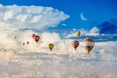 Ζωηρόχρωμα μπαλόνια ζεστού αέρα που πετούν την μπλε θάλασσα Στοκ Εικόνες