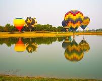 Ζωηρόχρωμα μπαλόνια ζεστού αέρα στην έναρξη του ταξιδιού ταξιδιών Στοκ Εικόνα