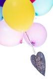 Ζωηρόχρωμα μπαλόνια με την ξύλινη καρδιά, αγάπη έννοιας Στοκ Φωτογραφία