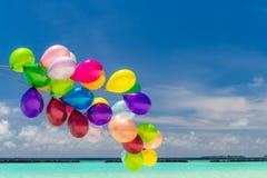 Ζωηρόχρωμα μπαλόνια που πετούν στον αέρα Στοκ εικόνα με δικαίωμα ελεύθερης χρήσης