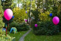 Ζωηρόχρωμα μπαλόνια στο κατώφλι, επαρχία Στοκ φωτογραφίες με δικαίωμα ελεύθερης χρήσης