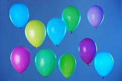 Ζωηρόχρωμα μπαλόνια στο μπλε Στοκ Φωτογραφίες