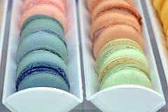 Ζωηρόχρωμα μπισκότα αμυγδάλων, χρώματα κρητιδογραφιών Στοκ Φωτογραφίες