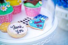 Ζωηρόχρωμα μπισκότα μελοψωμάτων με τη διατύπωση στοκ φωτογραφία