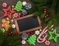 Ζωηρόχρωμα μπισκότα πιπεροριζών και μελιού Χριστουγέννων Στοκ Εικόνες